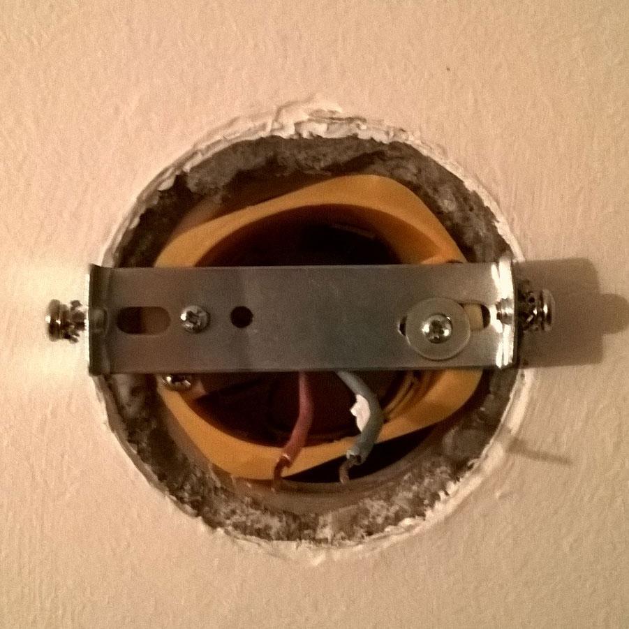 Boite Cache Prise Electrique bricolage : fixer une applique sur une boite électrique sans